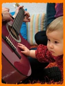 Bebé-con-guitarra2-226x300